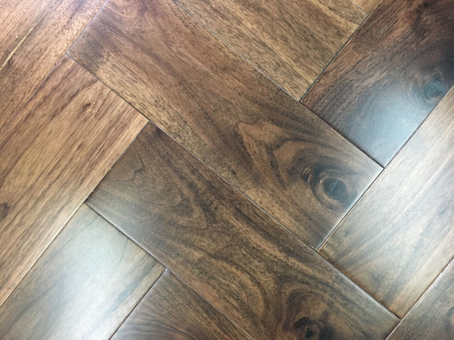 Lacquered Walnut Herringbone 67.50m2